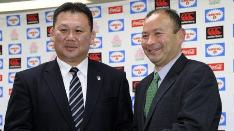 Le nouveau coach du Japon Eddie Jones (d) et son assistant Masahiro Kunda