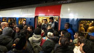 Chaos sur le quai du RER à gare du Nord, à Paris, le 9 décembre 2019, 5e jour de grève contre la réforme des retraites. (JEROME GILLES / NURPHOTO / AFP)