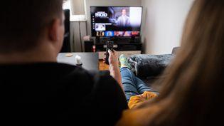 Illustration montrant un couple devant un écran de télévision, Hambourg, 14 septembre 2021 (DANIEL REINHARDT / DPA)