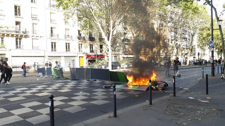 Une poubelle en flamme boulevard de Port Royal à Paris, lors de la Marche pour le climat du 21 septembre 2019 perturbée par un black bloc. (BENJAMIN  ILLY / RADIOFRANCE)