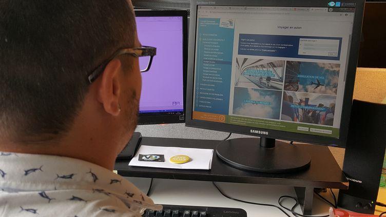 Un internaute consulte le site du Centre européen des consommateurs (CEC) France, le 19 mai 2019. (CLEMENTINE VERGNAUD / RADIO FRANCE)