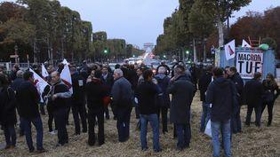 Des agriculteurs manifestent sur les ChampsElysée, à Paris, le 22 septembre 2017. (JACQUES DEMARTHON / AFP)