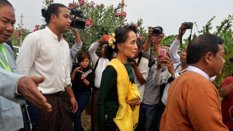 Nay Pyi Taw (Birmanie), le 10 mars 2016. Aung San Suu Kyi arrive dans la capitgale pour suivre l'élection du président, à laquelle elle a renoncée.  (Aung Naing Soe / Anadolu Agency)