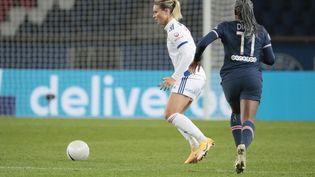 Amandine Henry (Olympique Lyonnais) et Kadidiatou Diani (PSG Feminin) lors du championnat de France féminin, match de football D1 Arkema entre le Paris Saint-Germain et l'Olympique Lyonnais le 20 novembre 2020, au stade Parc des Princes à Paris. (STEPHANE ALLAMAN / STEPHANE ALLAMAN)