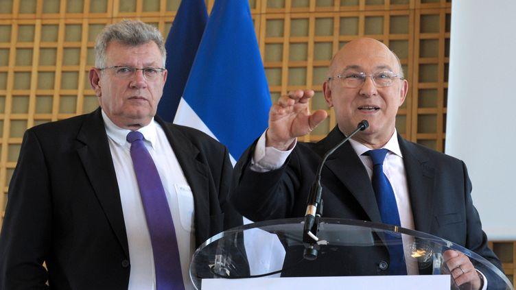 Le ministre des Finances, Michel Sapin, et le secrétaire d'Etat au Budget,Christian Eckert, le 23 avril 2014, à Paris. (ERIC PIERMONT / AFP)
