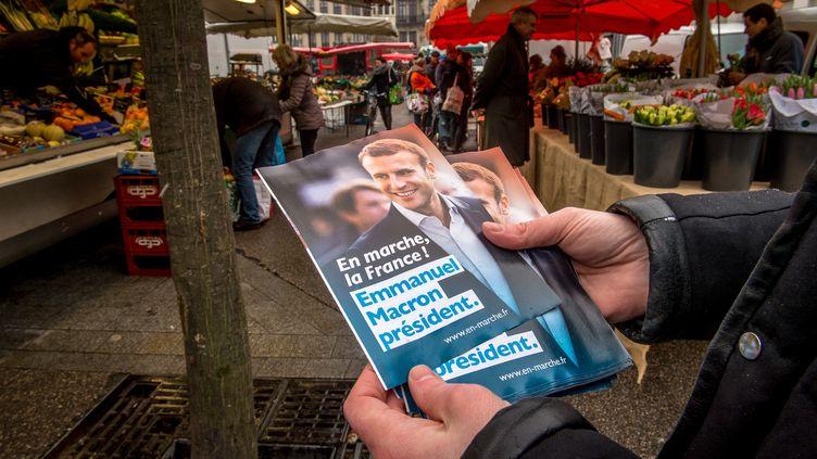 Une distribution de tracts organisée par En marche ! dans les rues de Lille, le 11 février 2017. (PHILIPPE HUGUEN / AFP)