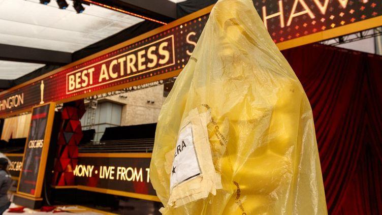 """Une réplique géante de la statuette des Oscars enveloppée, """"confinée"""", dans un sac plastique dans le hall duDolby Theater à Hollywood (mars 2018). (CHRISTOPHER POLK / GETTY IMAGES NORTH AMERICA)"""