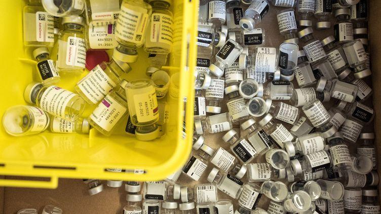 Des fioles du vaccin d'AstraZeneca contre le Covid-19 dans un centre de vaccination à Toulouse, le 7 mars 2021. (FREDERIC SCHEIBER / HANS LUCAS / AFP)