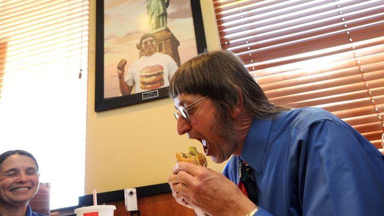 Don Gorske photographié le 17 mai 2011 dans un restaurant Mc Donald's deFond du La (Etats-Unis), en train de manger son 25 000e Big Mac. (PATRICK FLOOD/AP/SIPA / AP)