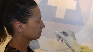 Une jeunefemme subit un testde dépistage aucoronavirus. Illustration. (JEAN-FRANCOIS MONIER / AFP)