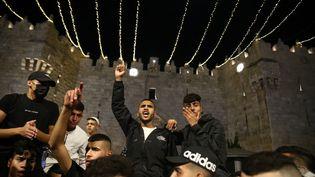Des Palestiniens se rassemblent devant la porte de Damas, à Jérusalem, le 26 avril 2021. (MOSTAFA ALKHAROUF / ANADOLU AGENCY / AFP)