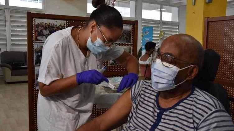 1ère injection du vaccin contre le Covid-19 au centre Emma Ventura de Fort-de-France, le 8 janvier 2021. (CAPTURE FACEBOOK ARS MARTINIQUE)