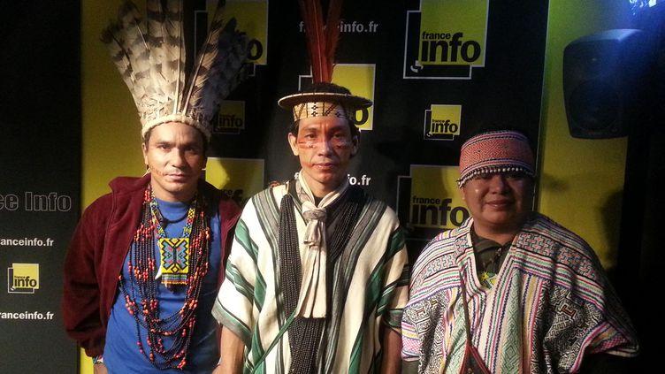 (Ces trois chefs indiens sont venus à France Info pour appeler à la lutte contre la déforestation © RF/ Anne-Laure Barral)