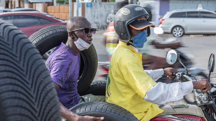 Des habitants de Cotonou avec des masques de protection, le 8 avril 2020. (YANICK FOLLY / AFP)