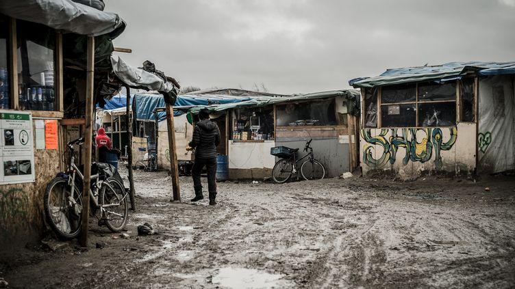 """L'entrée principale de la """"jungle"""" de Calais, le 20 février 2016. (JULIEN PITINOME / NURPHOTO / AFP)"""