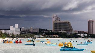 Malgré les menaces de Pyongyang, la vie suit son court sur l'île américaine de Guam, ici à Tumon, le 10 août 2017. (ERIK DE CASTRO / REUTERS)