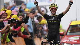Le Britannique Simon Yates célèbre sa victoire dans la 15e étape du Tour de France, à Foix-Prat d'Albis, le 21 juillet 2019. (JEFF PACHOUD / AFP)