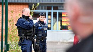 Des policiers devant un bureau de vote àHenin-Beaumont, le 23 avril 2017. (MAXPPP)