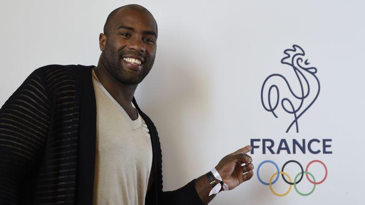Le judoka Teddy Riner prend la pose au palais de Chaillot, le 27 avril 2016, à cent jours de l'ouverture des Jeux de Rio. (ERIC FEFERBERG / AFP)