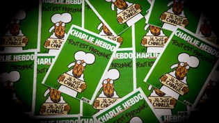 """Des copies du numéro de """"Charlie Hebdo"""" diffusé le 14 janvier 2015. (AFP)"""