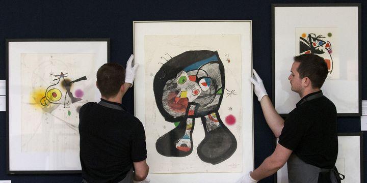 """Accrochage des oeuvres de Miró mises aux enchères le 19 mai chez Christie's. Au centre, """"Le Fantôme de l'Atelier"""".  (Justin Tallis / AFP)"""
