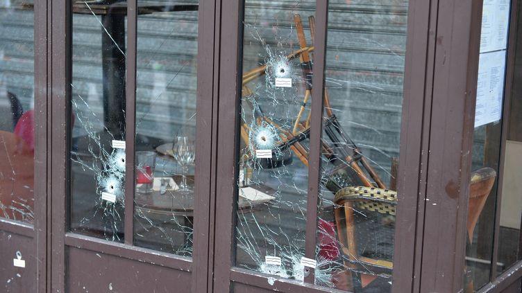 Des impacts de balles sur une vitre du bar La Belle Equipe, au lendemain des attentats, le 14 novembre 2015, à Paris. (DURSUN AYDEMIR / ANADOLU AGENCY / AFP)
