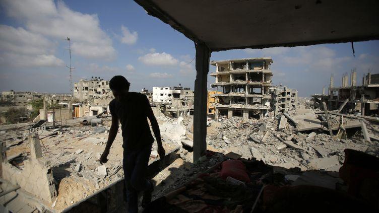(Un Palestinien retourne dans sa maison détruite de Gaza ville, le 27 août © REUTERS / Suhaib salem)