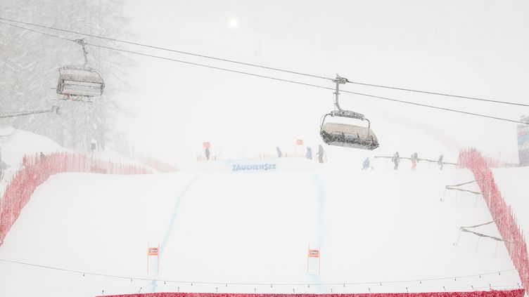 La neige et le brouillard perturbent la Coupe du monde de ski (JOHANN GRODER / APA)