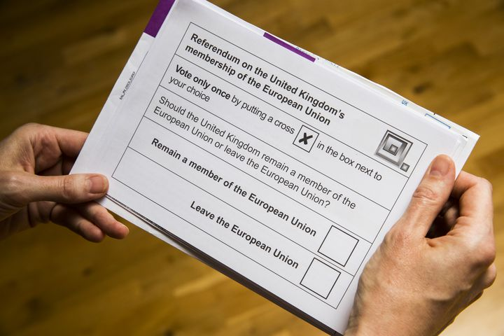 Un Britannique tient un bulletin de vote reçu par voie postale, le 30 mai 2016, à Berlin (Allemagne). (ODD ANDERSEN / AFP)