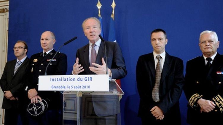 Brice Hortefeux lors de l'installation du Groupe d'intervention régional de l'Isère, le 5 août 2010. (AFP - Jean-Pierre Clatot)