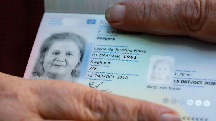 La mention du sexe sera supprimée des nouvelles cartes d'identité néerlandaises d'ici 4 à 5 ans. (© BAS CZERWINSKI / ANP / AFP)