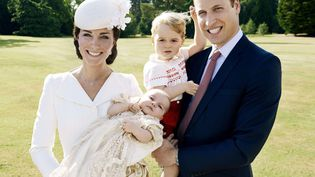 Kate et William, accompagnés de leurs enfants George et Charlotte, après le baptême de cette dernière, àSandringham (Royaume-Uni), le 5 juillet 2015. (MARIO TESTINO / AP / SIPA )