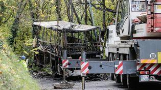 La dépouille du car accidentée sur la route de Puisseguin, en octobre 2015. (THIBAUD MORITZ / MAXPPP)
