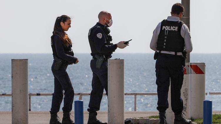Des policiers sur le bord de mer, à Nice (Alpes-Maritimes), le 20 mars 2020. (ARI? BOTBOL / HANS LUCAS)