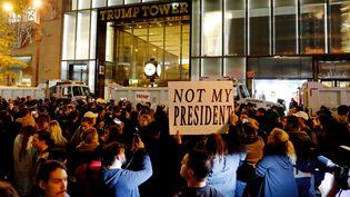 Des manifestants se rassemblent au pied de la Trump Tower à Manhattan (New York), mercredi 10 novembre 2016, pour protester contre l'élection de Donald Trump à la Maison Blanche. (EDUARDO MUNOZ / REUTERS)