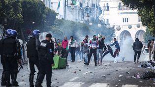 Policiers et manifestants se font face dans les rues d'Alger (Algérie), le 12 avril 2019. (AFP)