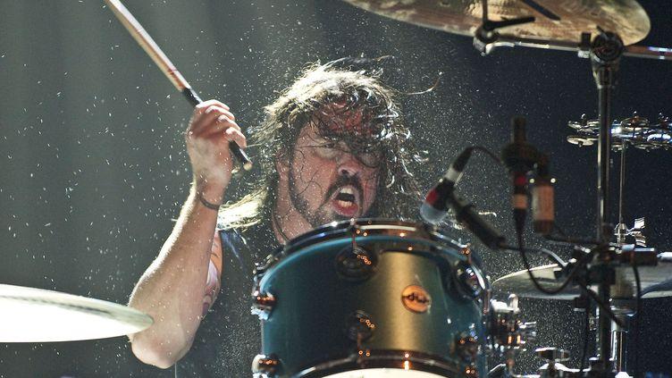Dave Grohl sur scène avec son groupe Them Crooked Vultures à l'Hammersmith Apollo le 17 décembre 2009 à Londres (Angleterre). (NEIL LUPIN / REDFERNS / GETTY IMAGE)