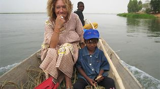 """Dans cette photo remise par le comité """"Libérons Sophie"""", la Française Sophie Pétronin, capturée au Malin fin 2016, est en mission humanitaire en Afrique. (WWW.LIBERONS-SOPHIE.FR / AFP)"""