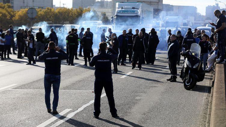 Des ambulanciersont manifesté surle périphérique parisien, le 5 novembre 2018. (MAXPPP)