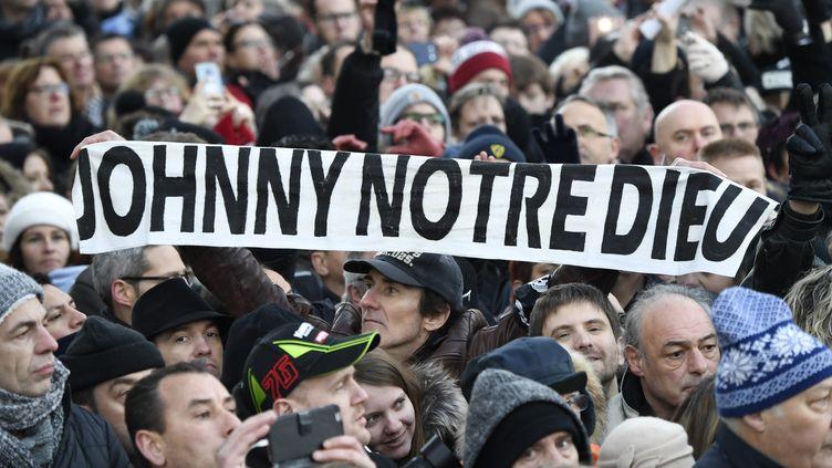 Au même moment, une foule patiente déjà devant l'église de la Madeleine, à Paris. Un large périmètre, allantde la place Charles-de-Gaulle au Carrousel du Louvre, est interdit à la circulation.Quelque 780 motards sont déployés porte Dauphine, sur les 1500 prévus pour l'occasion. (BERTRAND GUAY / AFP)