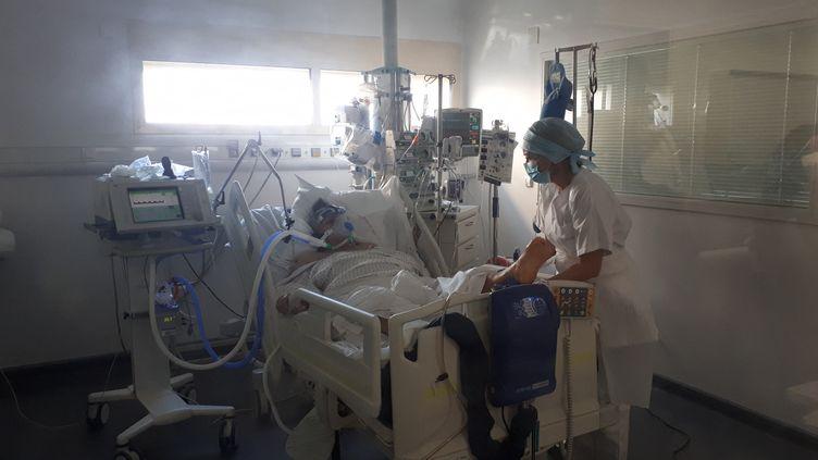 Un patient hospitalisé pour Covid-19 en soins intensifs à Avignon (illustration). (MARIE-AUDREY LAVAUD / RADIOFRANCE)