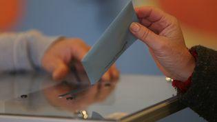 Dans un bureau de vote à Nice (Alpes-Maritimes) pour le premier tour des élections régionales, le 6 décembre 2015. (MAXPPP)