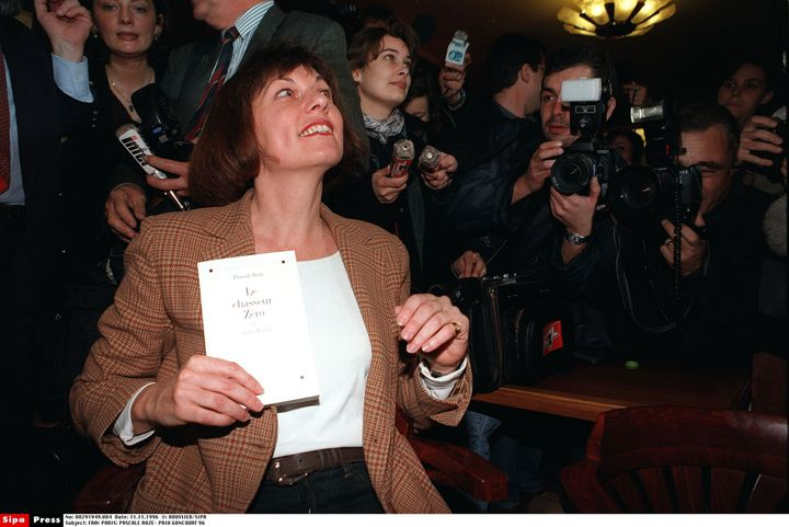Pascale Roze pose avec son livre qui vient de recevoir le prix Goncourt, le 11 novembre 1996 à Paris. (ROUSSIER/SIPA / SIPA)