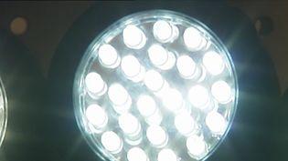 Plébiscitées pour remplacer nos vieilles ampoules, les LED sont loin d'être parfaites. D'après l'Agence de sécurité sanitaire, elles ont un effet toxique sur la rétine et perturbent notre sommeil. (CAPTURE D'ÉCRAN FRANCE 3)