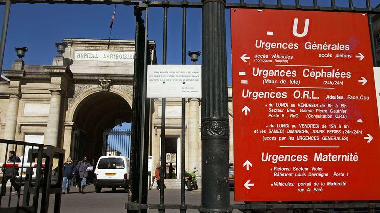 L'entrée des urgences de l'hôpital Lariboisière à Paris, le 14 mars 2003. (PHILIPPE DESMAZES / AFP)