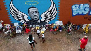 Des habitants de Houston rendent hommage à George Floyd dans le quartier du Third Ward, où il a grandi, le 10 juin 2020. (JOHANNES EISELE / AFP)