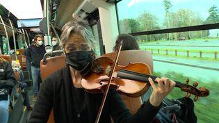 Une violoniste de l'orchestre de Pau joue dans un bus de la ville. (France Info)