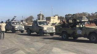 Les forces loyales au gouvernement libyen arrivent à Tajura, une banlieue de Tripoli, le 6 avril 2019. (MAHMUD TURKIA / AFP)