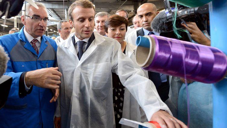 Le ministre de l'Economie, Emmanuel Macron, en visite à l'usine Acome, à Romagny (Manche), mardi 2 septembre 2014. (  MAXPPP)