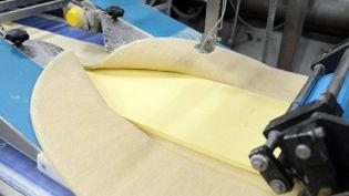 Ajout du beurre pour le feuilletage en début de chaine de fabrication des croissants à l'usineBridor de Servon-sur-Vilaine (Ille-et-Vilaine), le 1er février 2016. (MAXPPP)